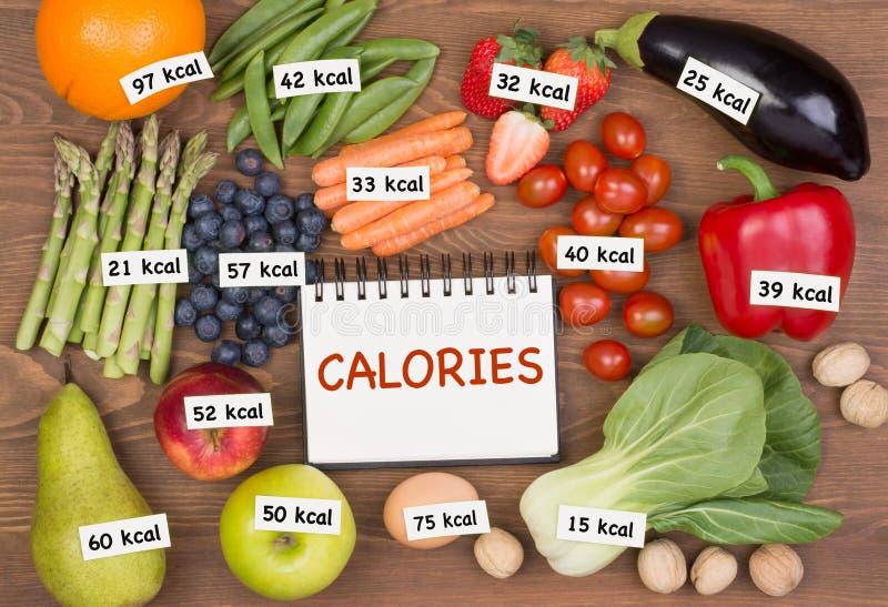 Frutta e verdure con le etichette di calorie immagini stock libere da diritti
