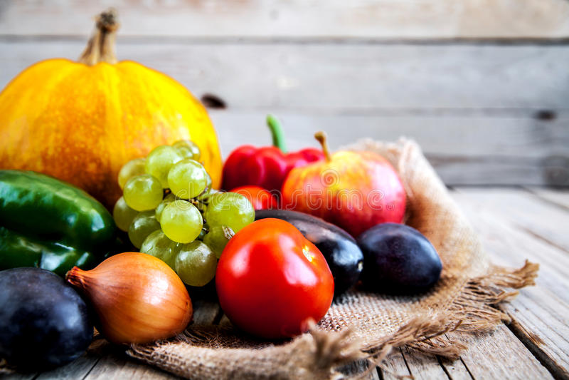 Frutta e verdure con le zucche in natura morta dell'annata di autunno fotografia stock libera da diritti
