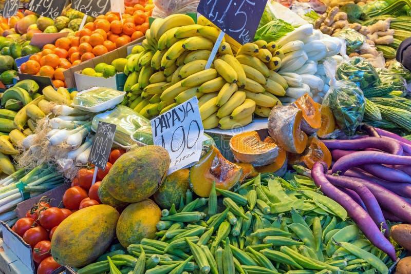 Frutta e verdure da vendere ad un mercato fotografie stock