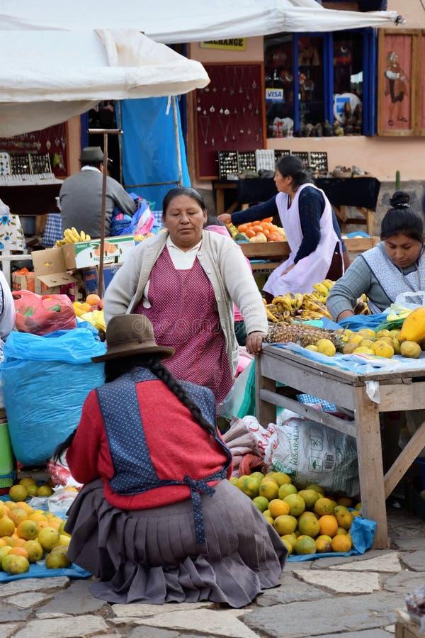 Frutta e verdure da vendere nel mercato, Perù fotografia stock libera da diritti