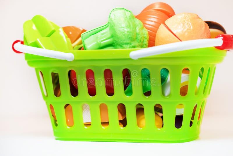 Frutta e verdure del giocattolo nel cestino della spesa Alimento sano Un insieme dei giocattoli per il gioco nel negozio fotografia stock libera da diritti