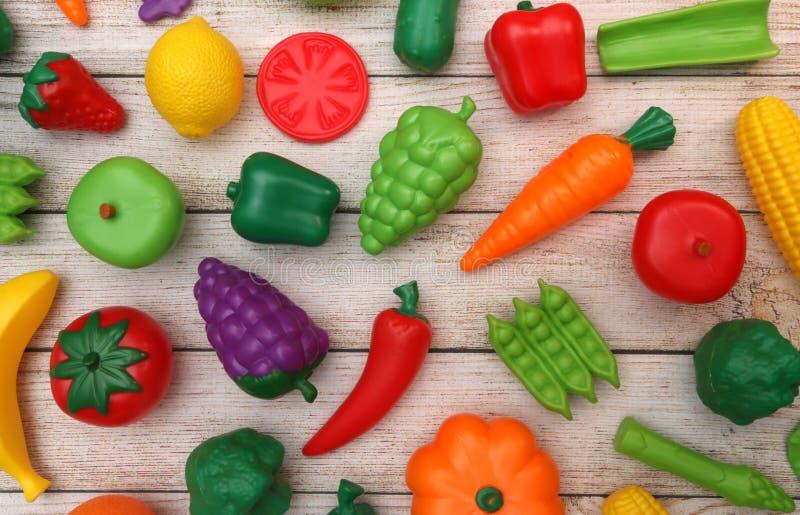 Frutta e verdure false su una Tabella di legno fotografia stock libera da diritti