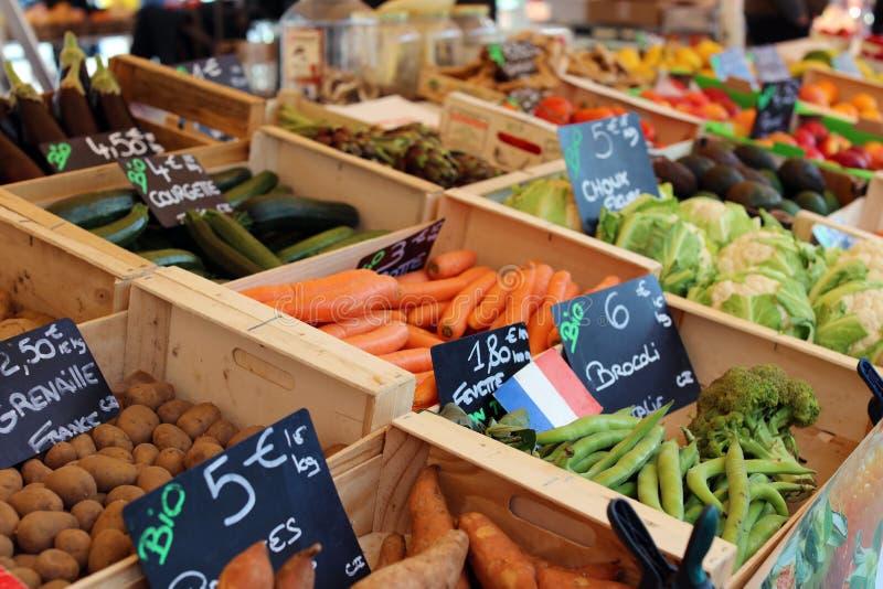Frutta e verdure fresche al mercato dell'agricoltore in Francia, Europa Verdura spagnola e francese italiana Mercato francese del immagine stock