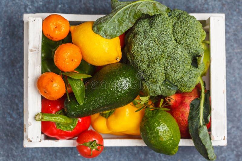 Frutta e verdure fresche in una scatola di legno bianca Un veg sano immagini stock libere da diritti