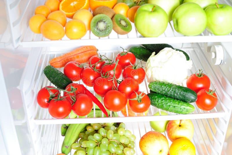 Frutta e verdure nel frigorifero immagine stock libera da diritti