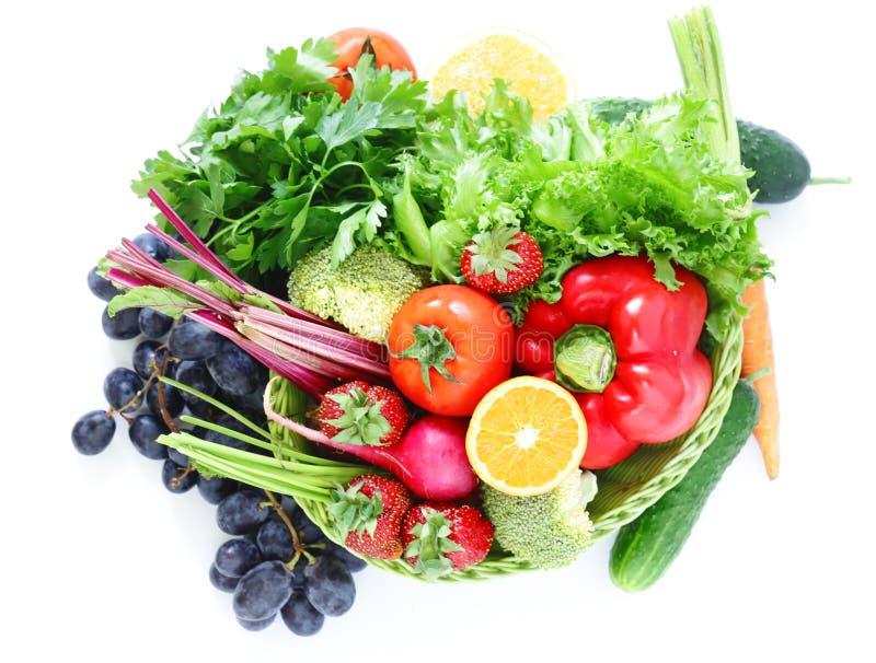 Frutta e verdure organiche in un canestro fotografia stock