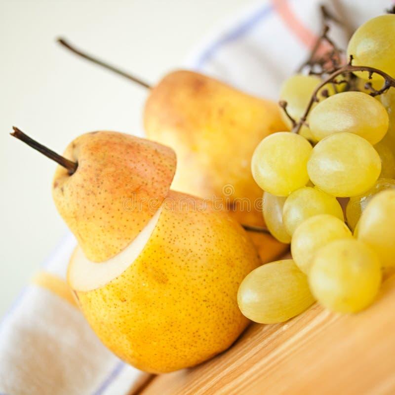 Frutta fresca dell'uva e della pera immagine stock libera da diritti