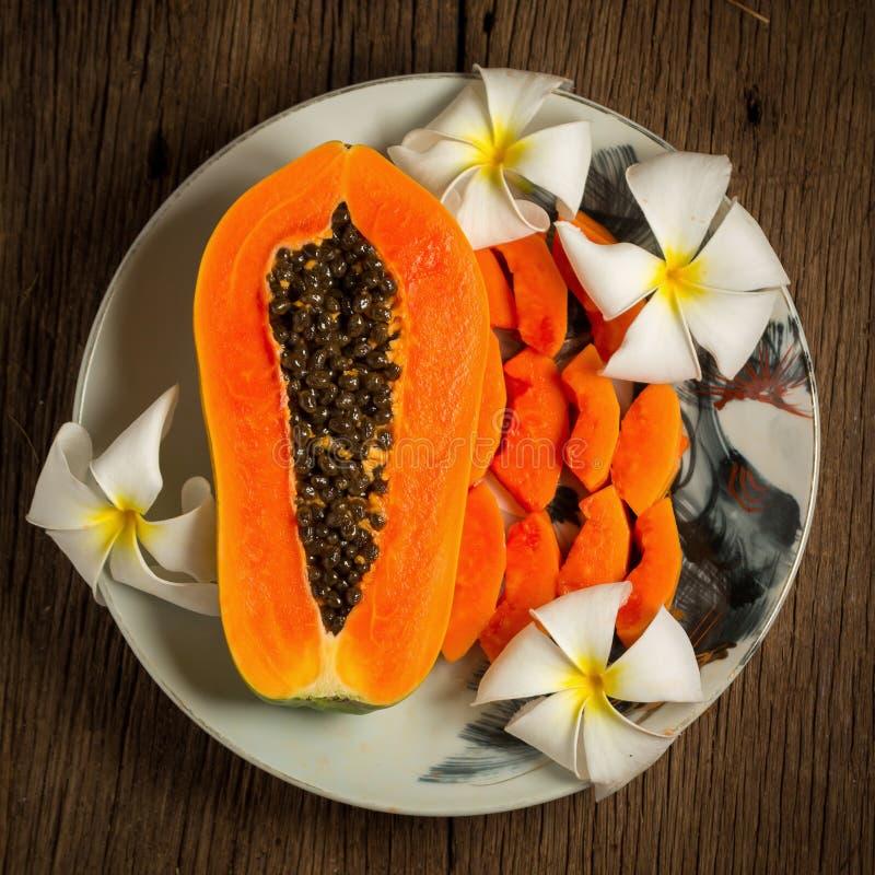 frutta fresca della papaia sul piatto su vecchio di legno Mattina damerino di tramonto fotografie stock libere da diritti