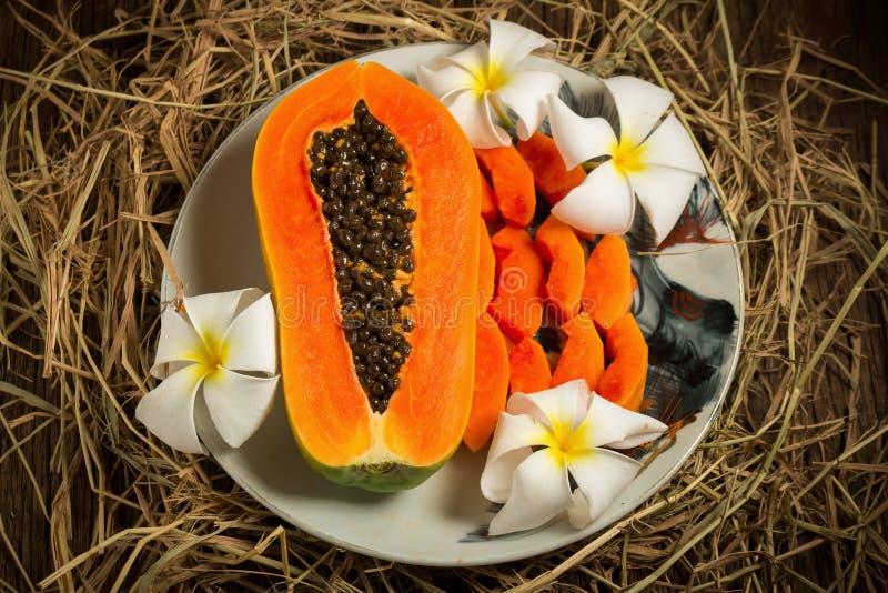 frutta fresca della papaia sul piatto su vecchio di legno Mattina damerino di tramonto fotografie stock