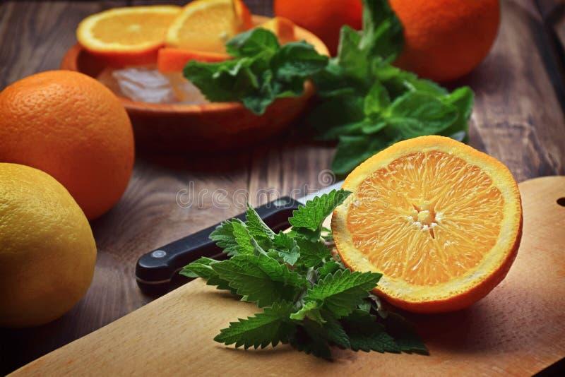Frutta fresca e foglie di menta fragranti, melissa Eatin sano immagine stock
