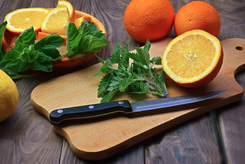 Frutta fresca e foglie di menta fragranti, melissa Eatin sano immagine stock libera da diritti