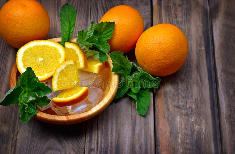 Frutta fresca e foglie di menta fragranti, melissa Eatin sano fotografie stock