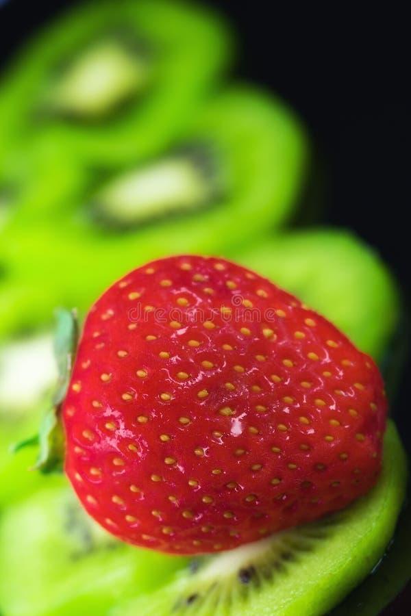 Frutta fresca, kiwi e fragole immagini stock