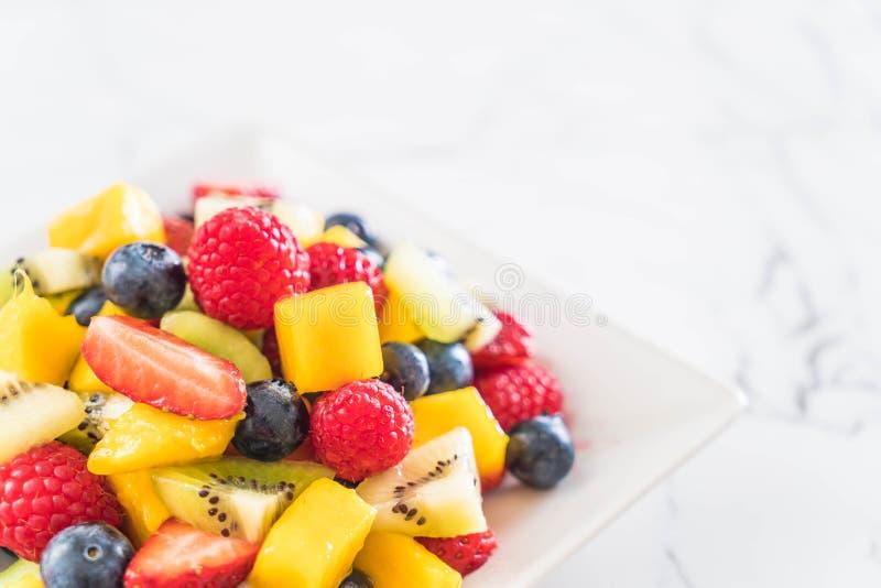 frutta fresca mista (fragola, lampone, mirtillo, kiwi, mang immagini stock