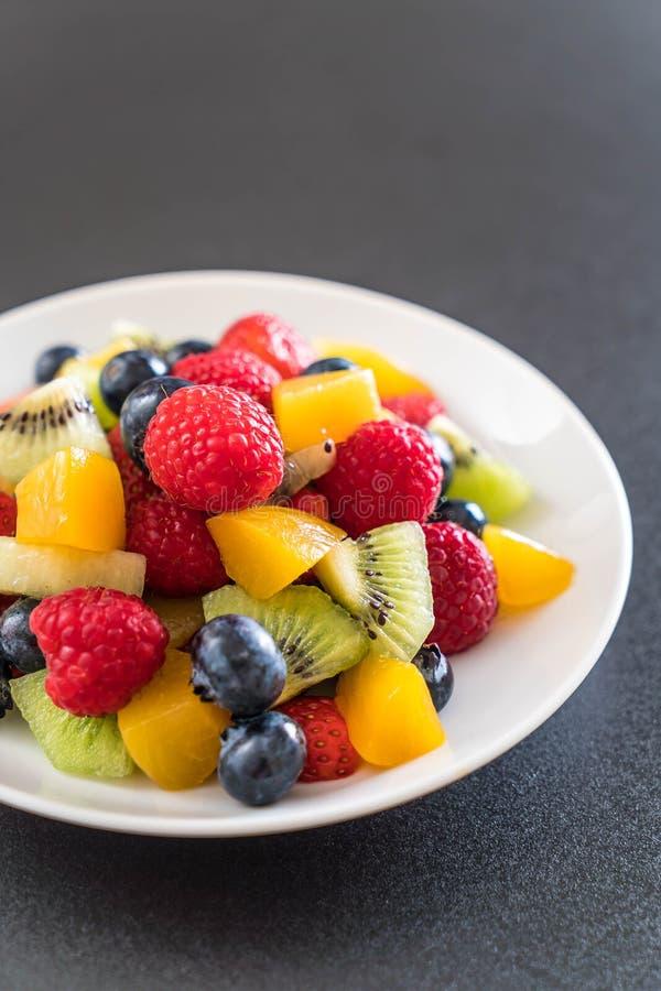 frutta fresca mista (fragola, lampone, mirtillo, kiwi, mang fotografia stock