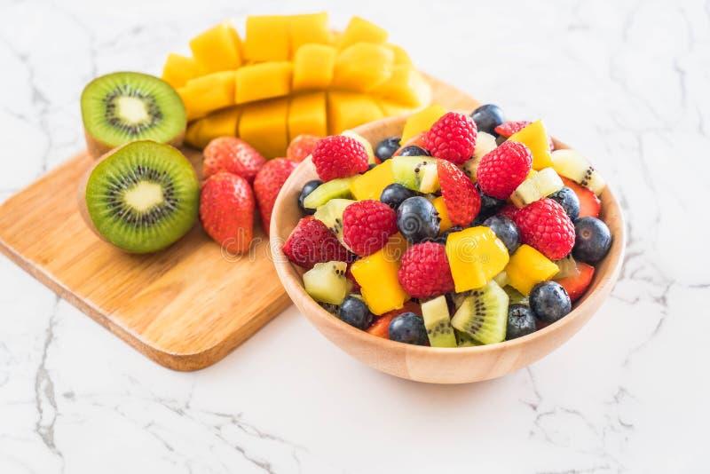 frutta fresca mista (fragola, lampone, mirtillo, kiwi, mang immagine stock libera da diritti
