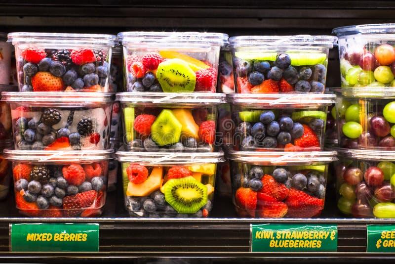Frutta fresca in recipienti di plastica immagini stock libere da diritti