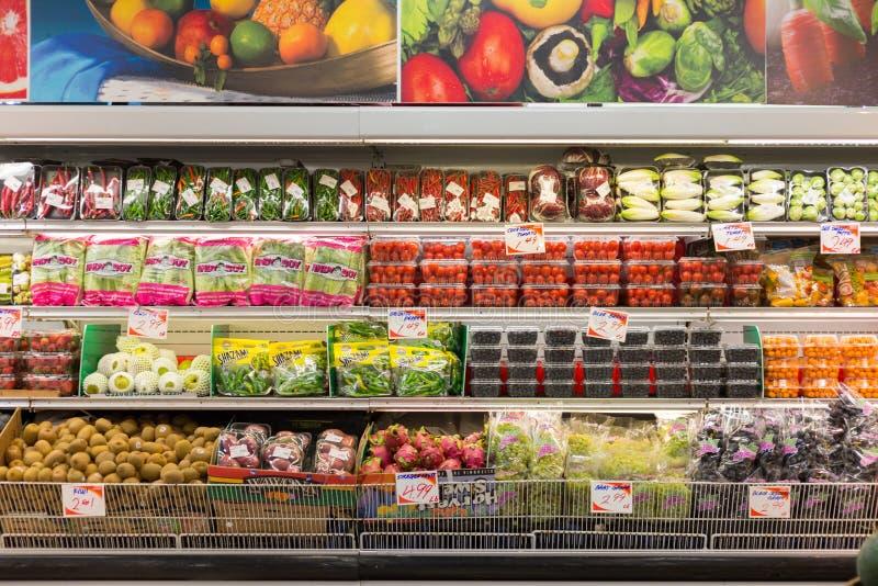 Frutta fresca sullo scaffale fotografia stock libera da diritti