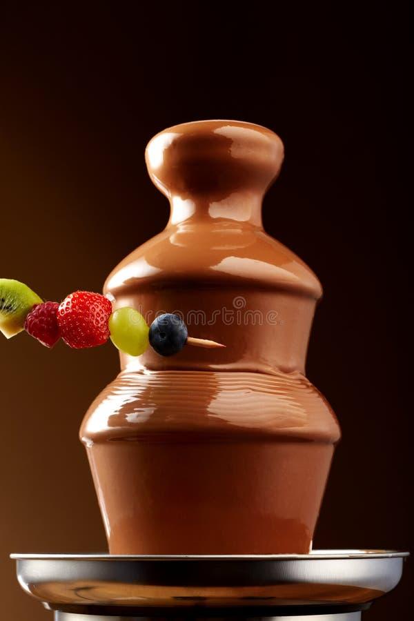 Frutta fresca sullo spiedo con una fontana del cioccolato fotografie stock libere da diritti