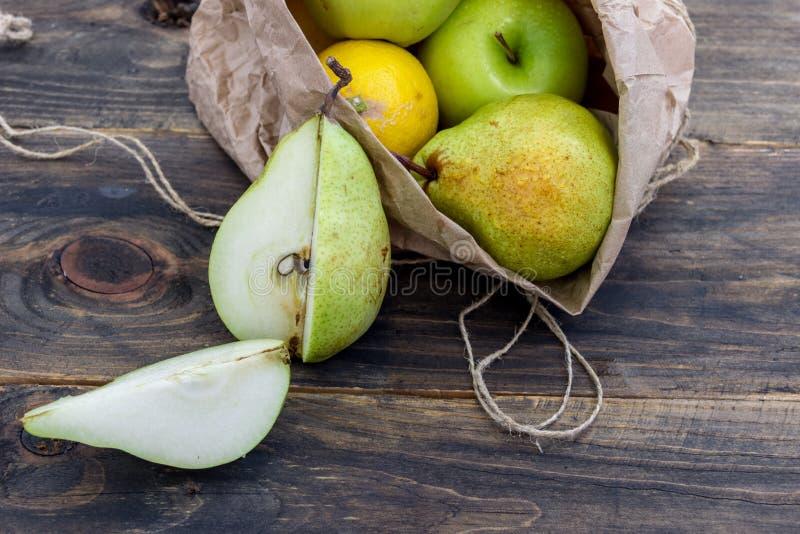 Frutta fresca in una borsa del mestiere su un fondo scuro Concetto di cibo sano immagini stock libere da diritti