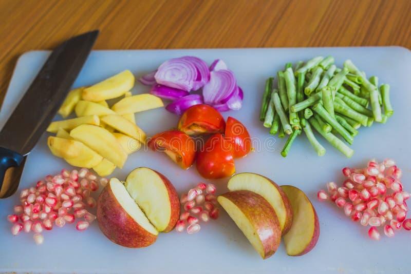 Frutta fresca variopinta e verdure sul tagliere immagini stock