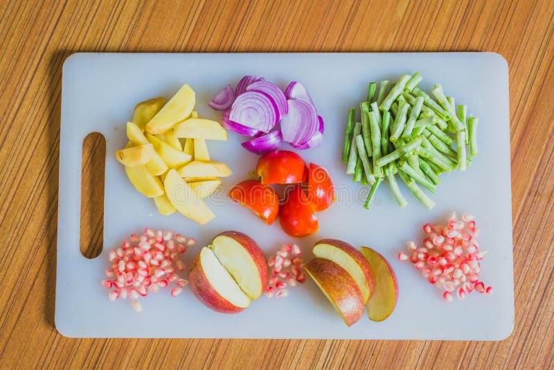 Frutta fresca variopinta e verdure sul tagliere immagini stock libere da diritti