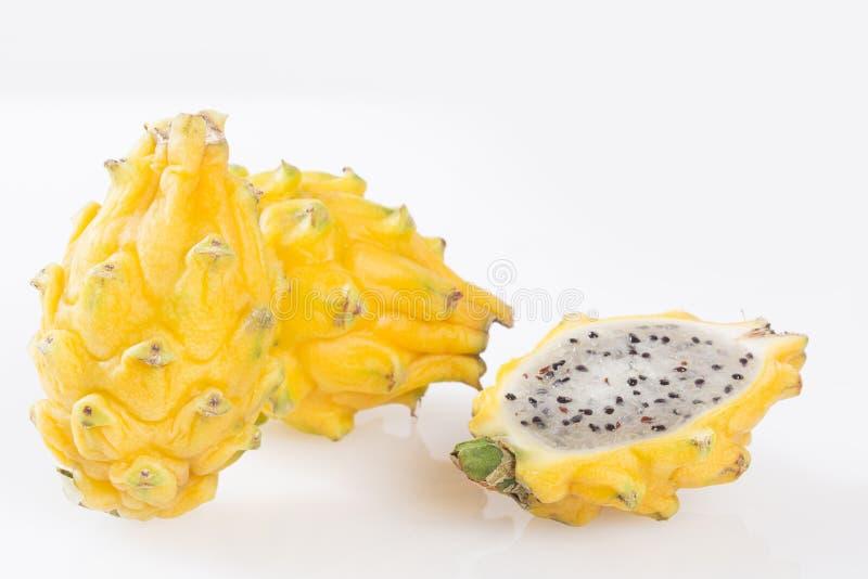 Frutta gialla del drago o di pitahaya su fondo bianco - megalanthus del Selenicereus immagini stock