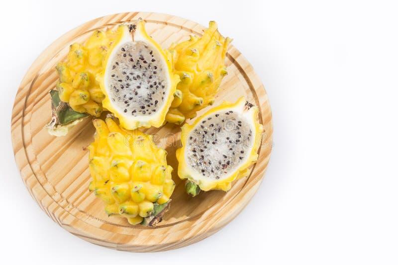 Frutta gialla del drago o di pitahaya su fondo bianco - megalanthus del Selenicereus immagine stock