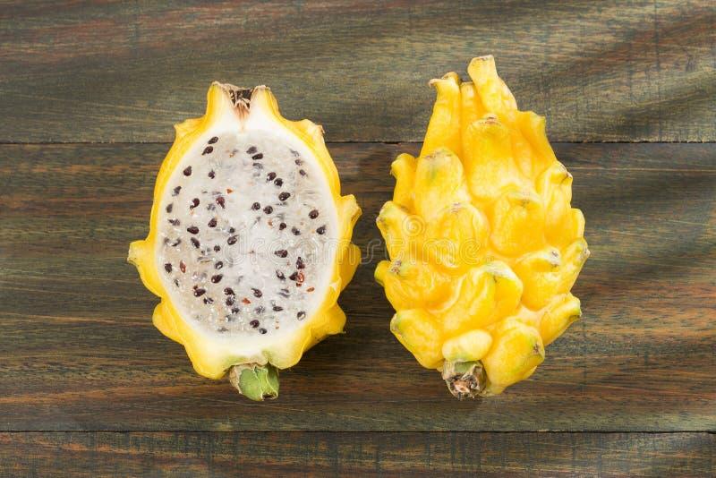 Frutta gialla del drago o di pitahaya su fondo bianco - megalanthus del Selenicereus fotografia stock
