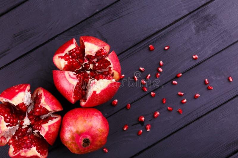 Frutta matura del melograno su fondo d'annata di legno fotografie stock libere da diritti