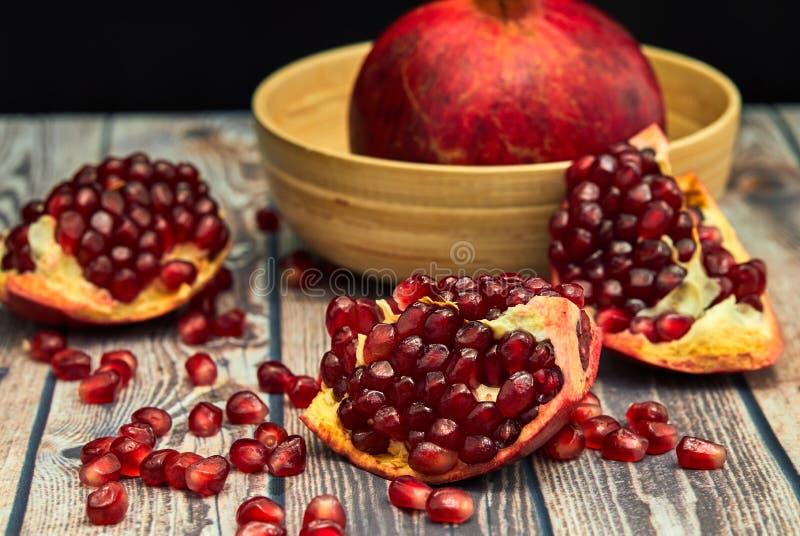 Frutta matura del melograno su vecchio di legno marrone immagini stock