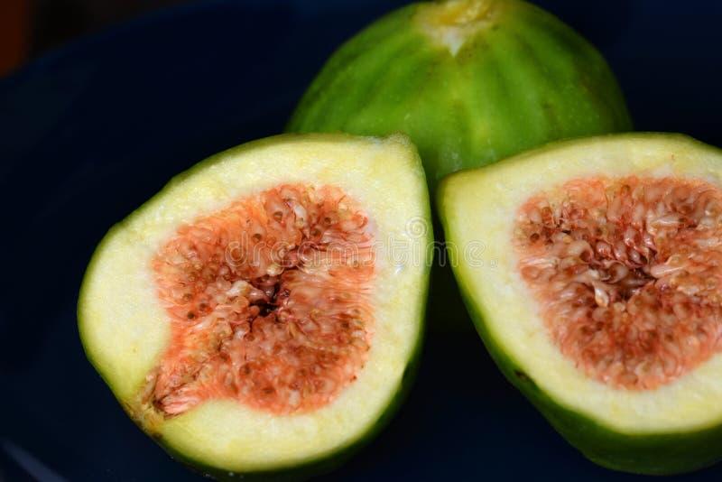 Frutta matura di estate esotica; taglio del fico a metà immagini stock