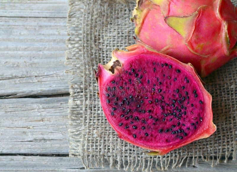 Frutta matura fresca del drago o di Pitaya del genere hylocereus, famiglia del Cactaceae Frutta esotica tropicale rossa di roja d fotografie stock
