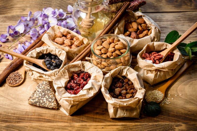 Frutta, nocciola, mandorla e miele asciutti sani immagini stock libere da diritti