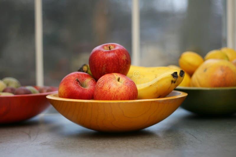 Frutta organica in ciotole fotografia stock libera da diritti