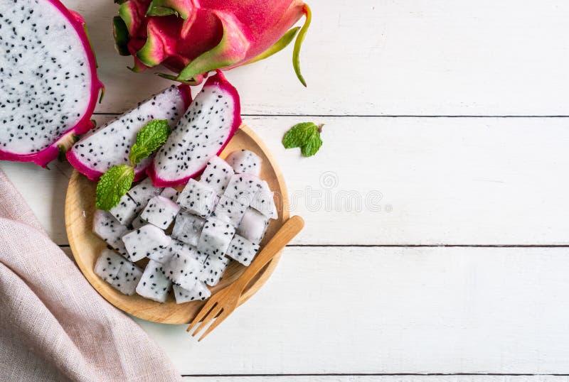 Frutta Pitahaya, fetta del drago di Pitaya sul piatto di legno immagine stock
