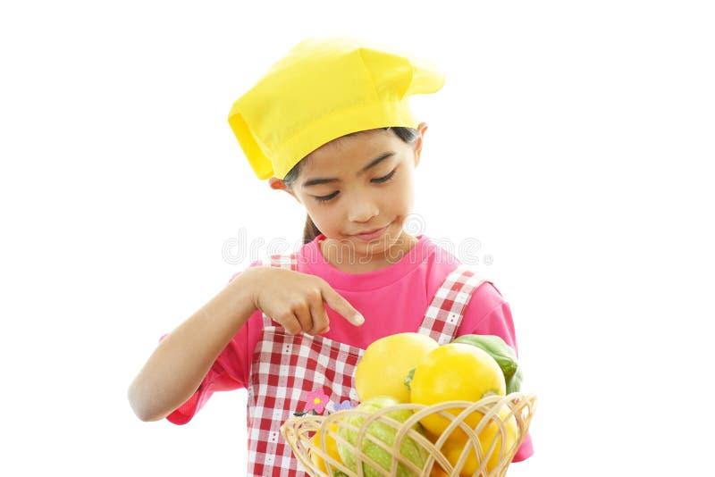 Frutta sorridente della tenuta della ragazza fotografia stock libera da diritti
