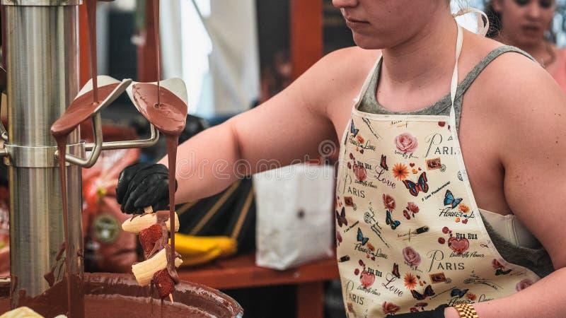 Frutta su un bastone che è immerso in fontana 2 del cioccolato immagini stock libere da diritti