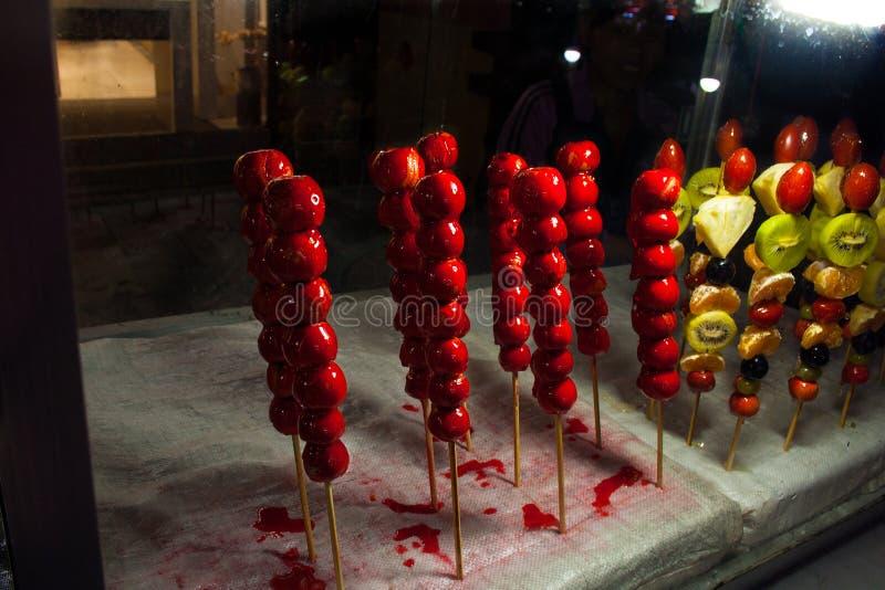 Frutta su un bastone in sciroppo di zucchero La Cina fotografia stock libera da diritti