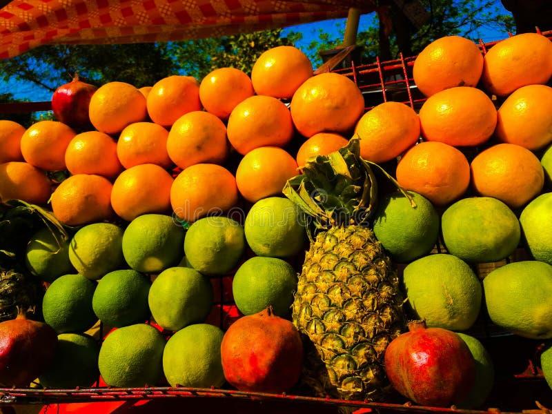 Frutta su visualizzazione fotografia stock
