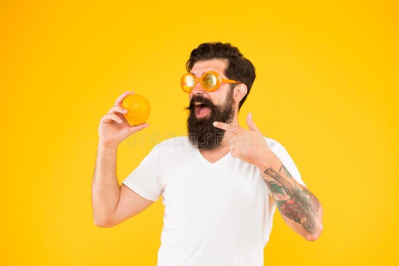 Frutta sugosa Nutrizione di estate Pantaloni a vita bassa con la barba nell'umore di estate Pantaloni a vita bassa barbuti dell'u immagini stock