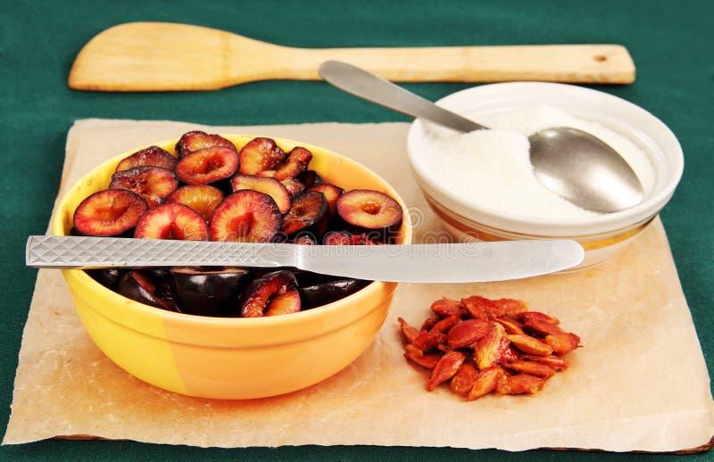 Frutta tagliata della prugna con zucchero. fotografia stock