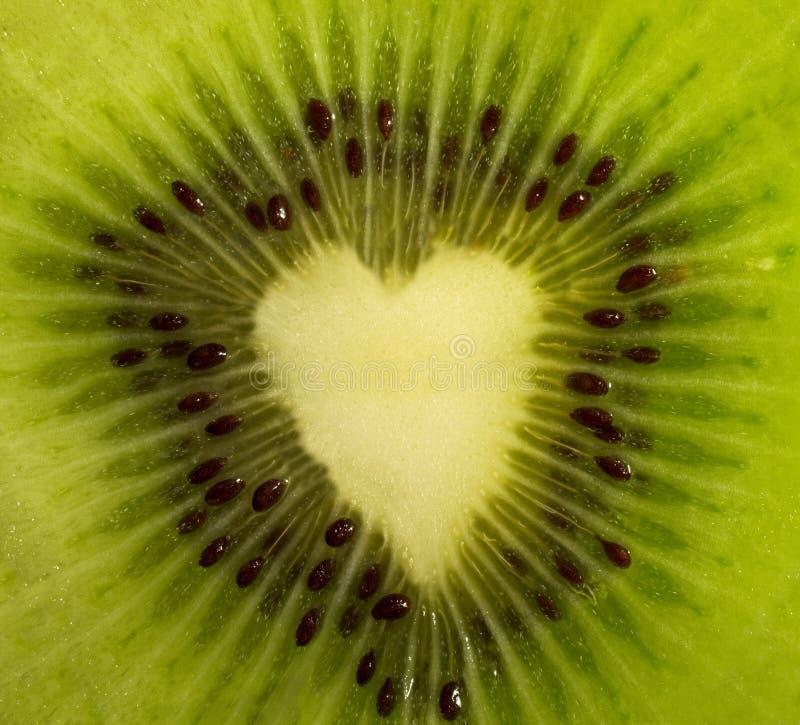 Frutta tagliata - kiwi che forma un cuore fotografia stock
