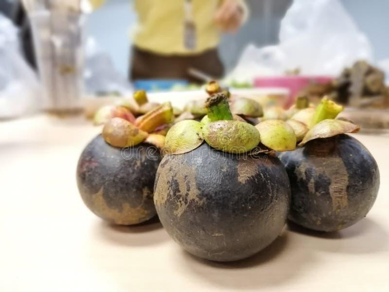 Frutta tailandese - il mangostano è stato definito come la regina dei frutti tailandesi, con un gusto dolce e fresco immagini stock libere da diritti