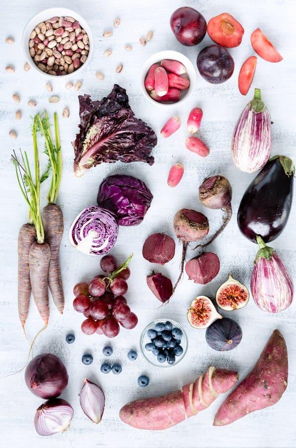 Frutta tonificata porpora assortita e verdure come collezione fotografie stock