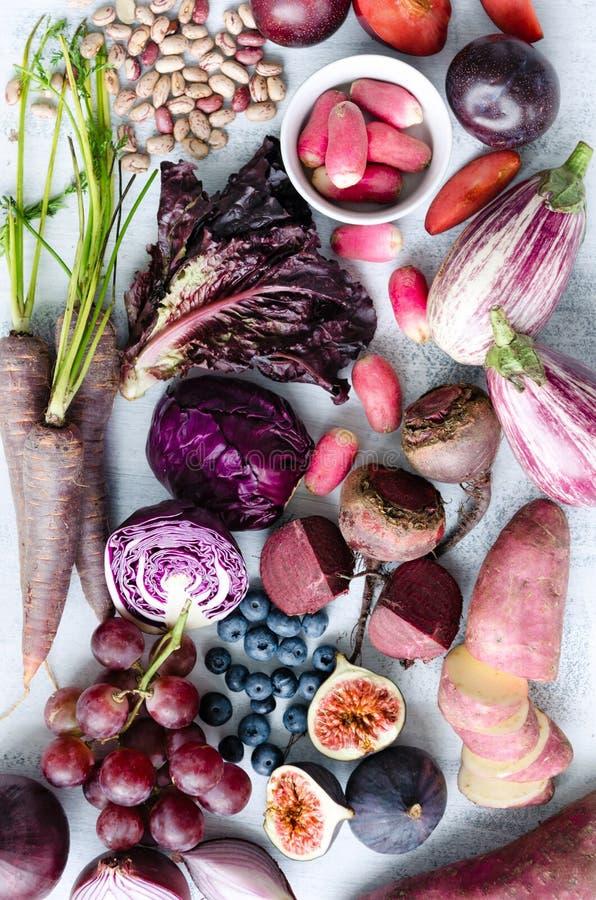 Frutta tonificata porpora assortita e verdure come collezione fotografia stock