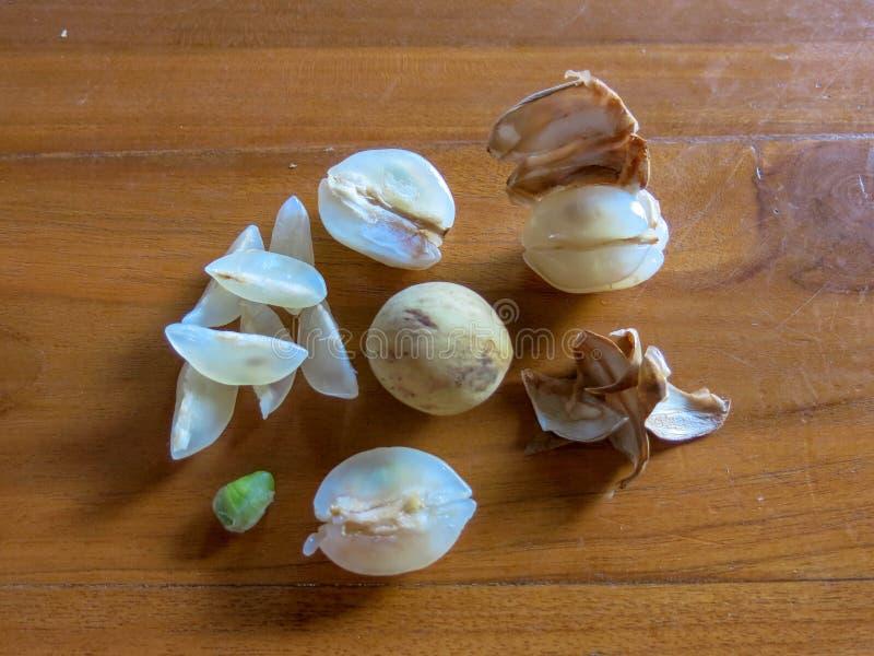 Frutta tropicale Ceroring Frutta rotonda Duku con polpa di gusto eccellente Intera frutta di lansium domesticum Ha sbucciato la f immagini stock