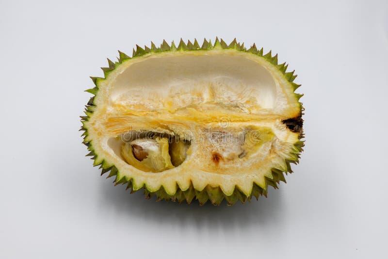 Frutta tropicale del Durian su fondo bianco Re dei frutti Mezzo taglio del Durian con il seme Foto esotica dello studio della fru immagini stock libere da diritti