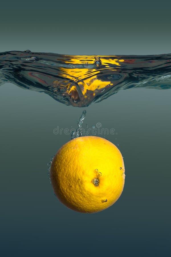 Frutta tropicale del limone dell'agrume in acqua immagine stock libera da diritti