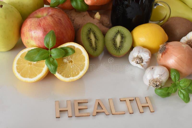 Frutta, verdure e tazza del succo della barbabietola con il ` di salute del ` dell'iscrizione fotografia stock libera da diritti